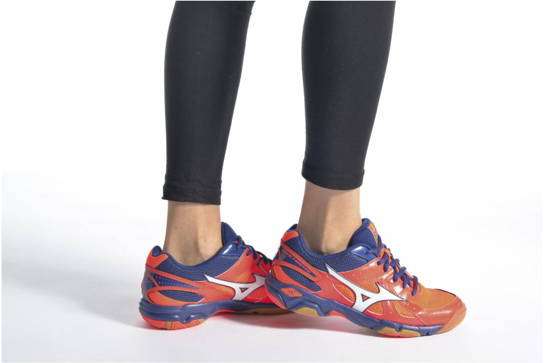Chaussures de sport Mizuno Wave Twister 4 W Blanc vue bas / vue portée sac