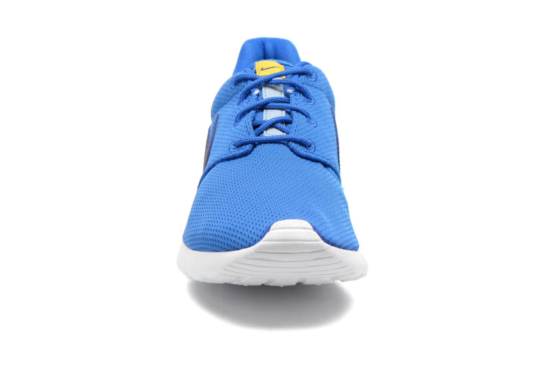 Baskets Nike NIKE ROSHE ONE (GS) Bleu vue portées chaussures