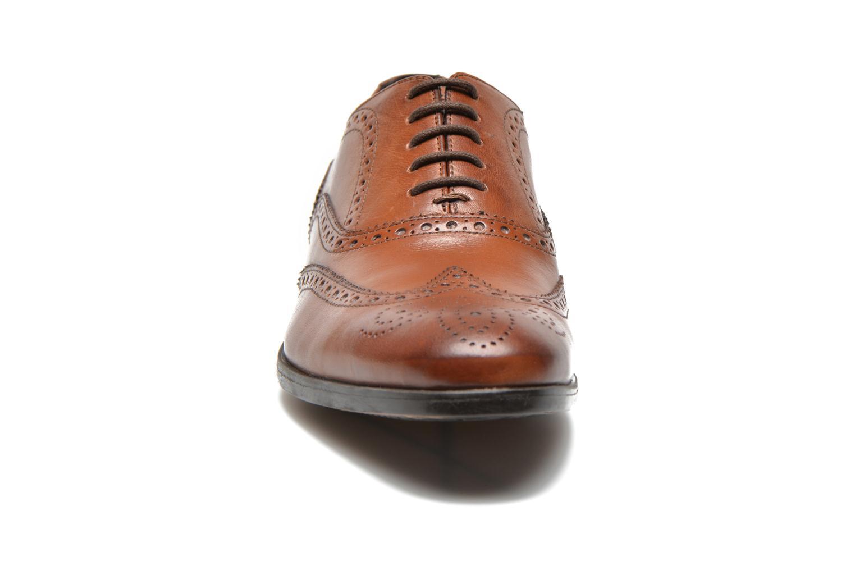 Scarpe con lacci Clarks Banfield Limit Marrone modello indossato