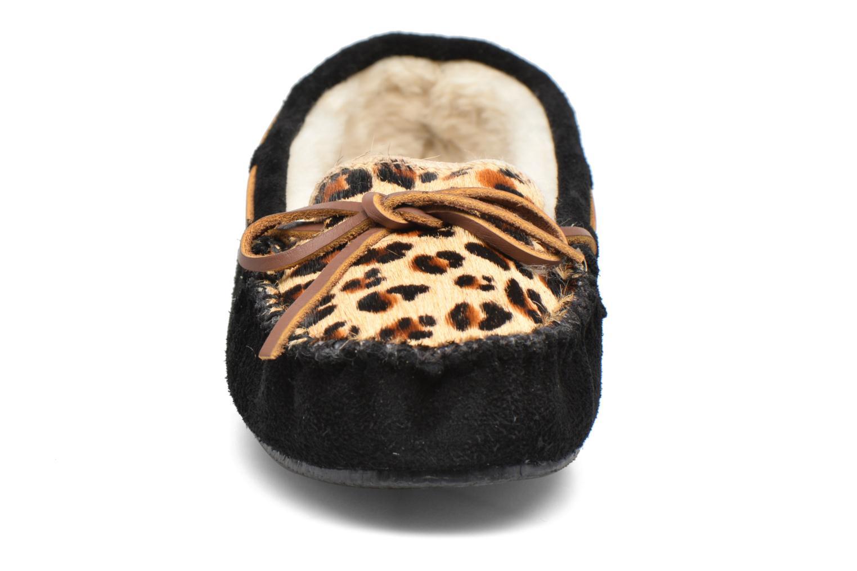 Pantofole Minnetonka Leopard Cally Nero modello indossato