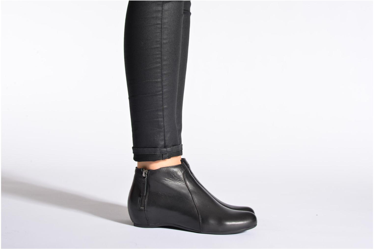 Ankle boots Unisa Astor Black view from underneath / model view