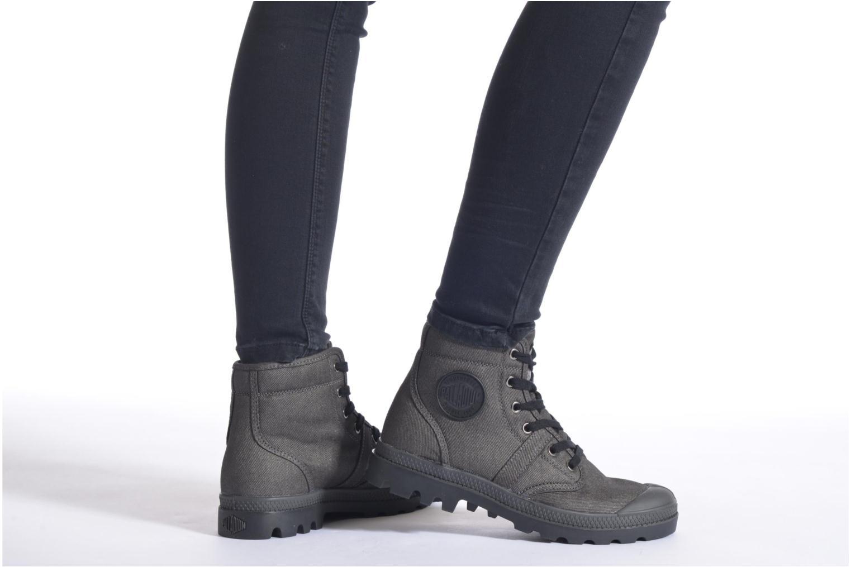 Sneaker Palladium Hi Kansas F schwarz ansicht von unten / tasche getragen