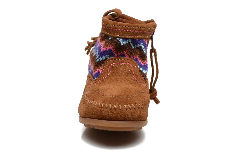 Stivaletti e tronchetti Minnetonka Aspen Boot Marrone modello indossato