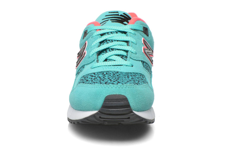 Sneakers New Balance W530 Azzurro modello indossato