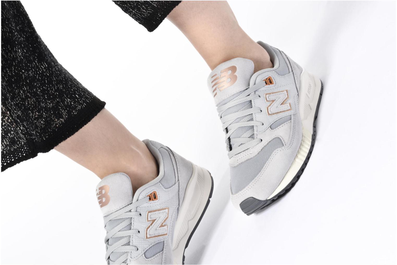 Sneaker New Balance W530 grau ansicht von unten / tasche getragen