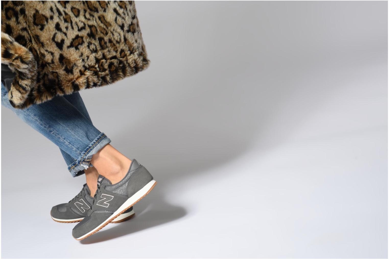 Sneaker New Balance WL420 schwarz ansicht von unten / tasche getragen