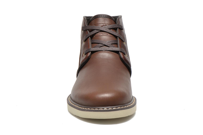 Scarpe con lacci Timberland Newmarket Chukka Marrone modello indossato