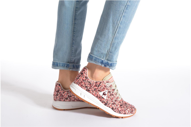 Sneaker Le Coq Sportif LCS R950 W Flower Jacquard mehrfarbig ansicht von unten / tasche getragen