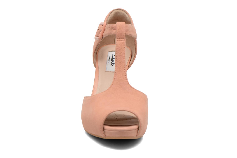 Zapatos de tacón Clarks Kendra Flower Rosa vista del modelo
