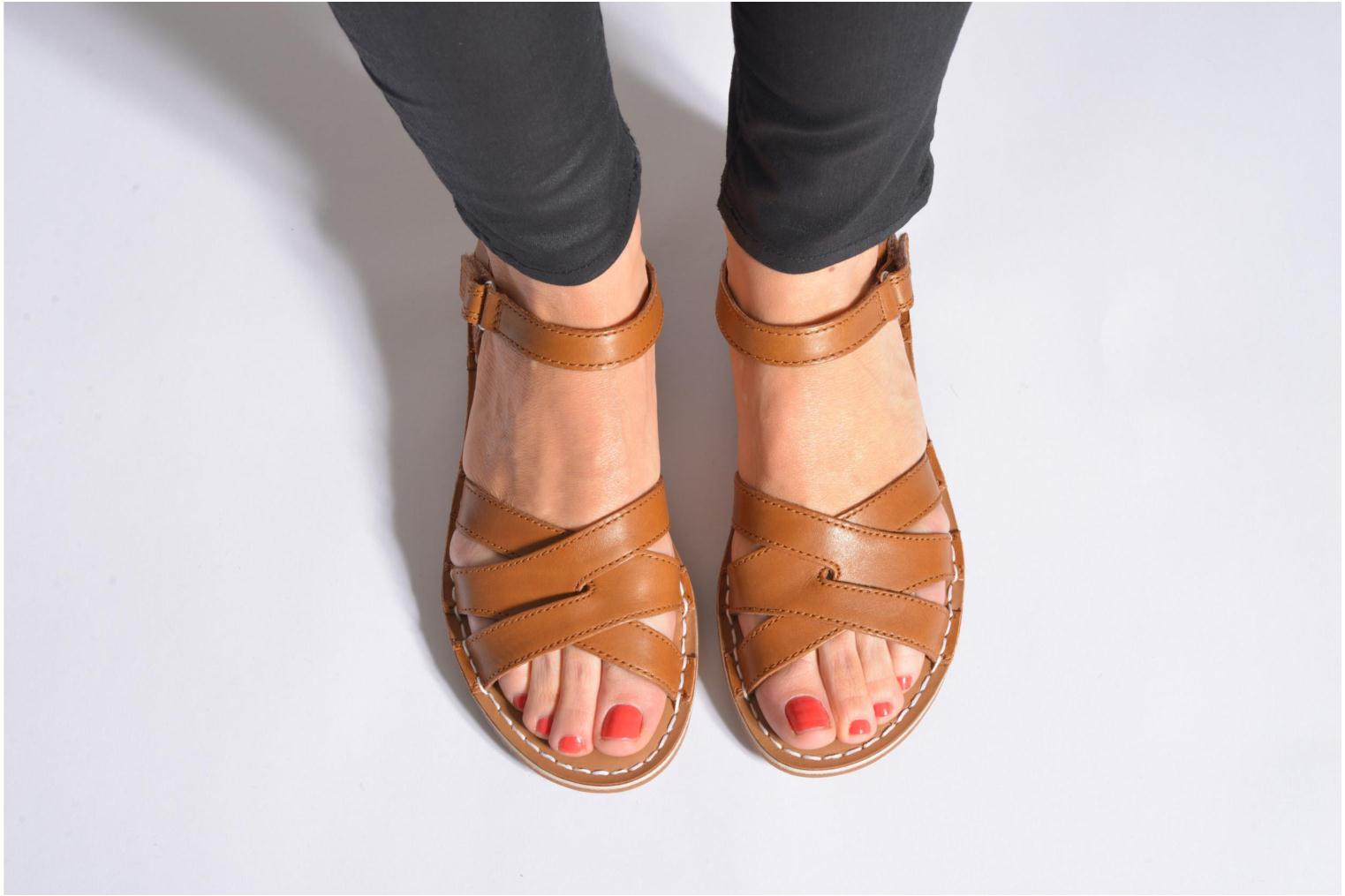 Sandals Clarks Tustin Sahara Brown view from underneath / model view