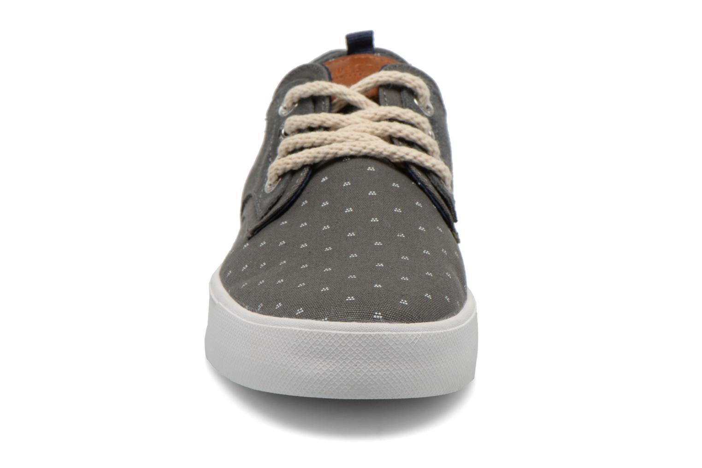 Sneakers Armistice Border Derby Ash Suede Grigio modello indossato