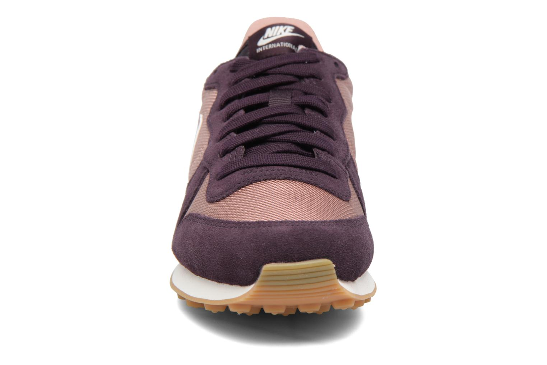 Sneakers Nike Wmns Internationalist Viola modello indossato