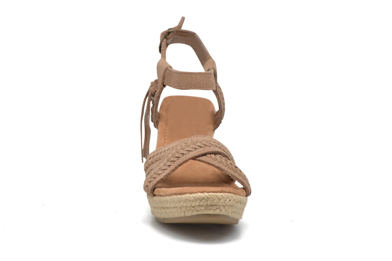Sandali e scarpe aperte Minnetonka Naomi Beige modello indossato