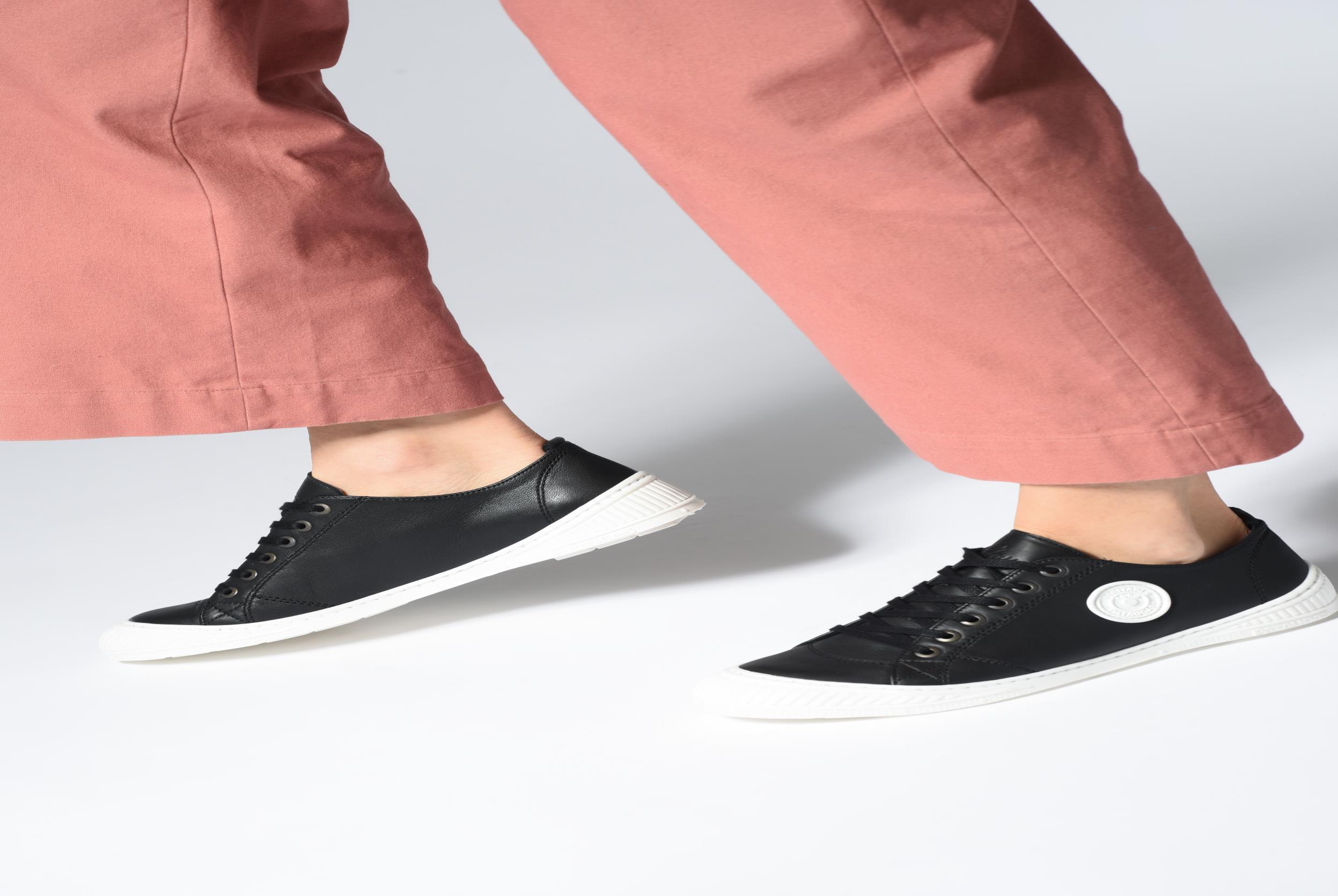 Sneaker Pataugas RockN weiß ansicht von unten / tasche getragen