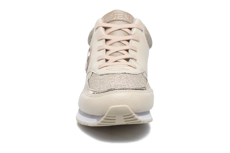 Baskets Guess Reeta Beige vue portées chaussures