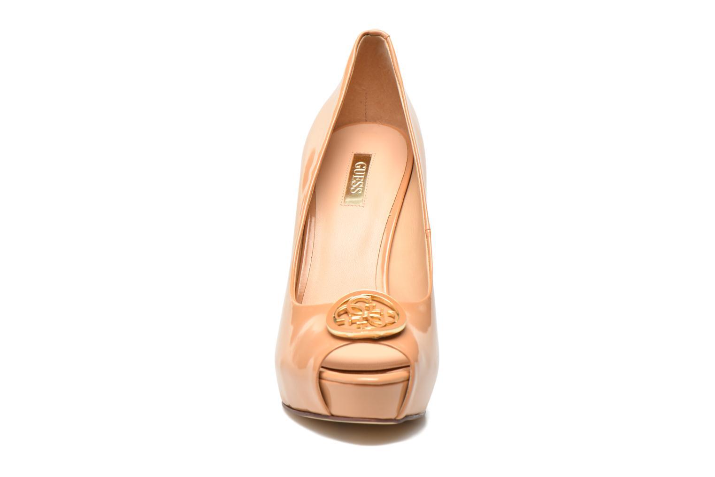 Zapatos de tacón Guess Happey2 Beige vista del modelo