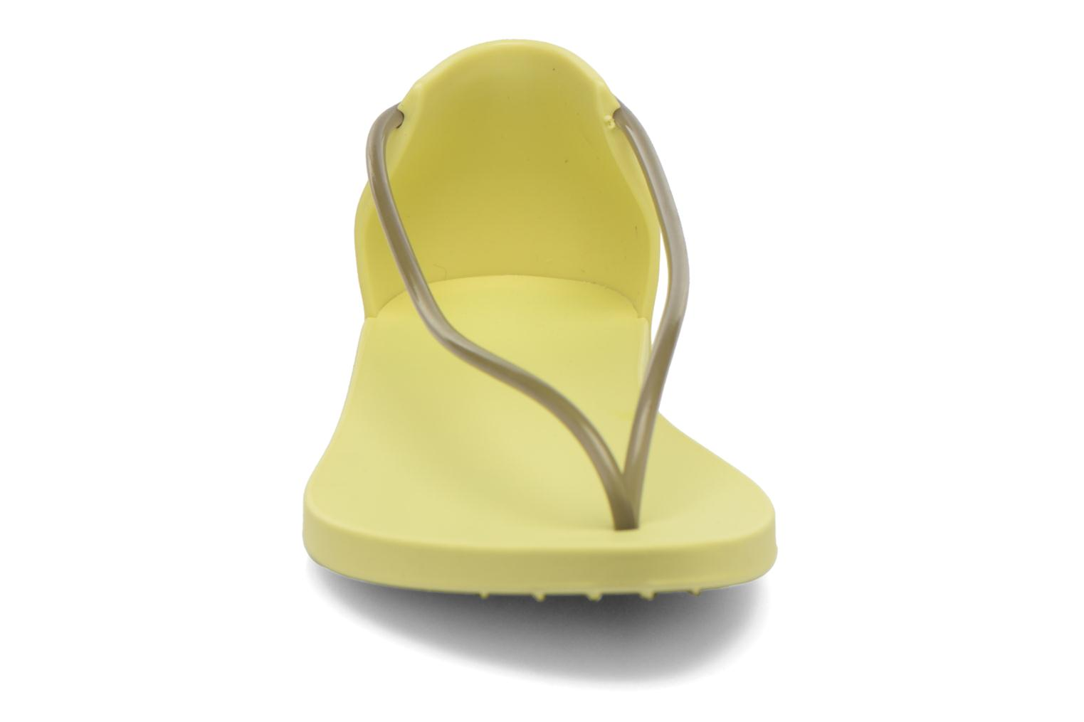 Sandales et nu-pieds Ipanema Philippe Starck Thing N Fem Jaune vue portées chaussures