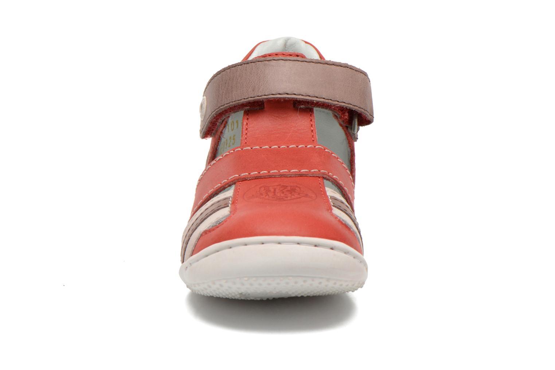 Sandalias Kickers Glups Rojo vista del modelo