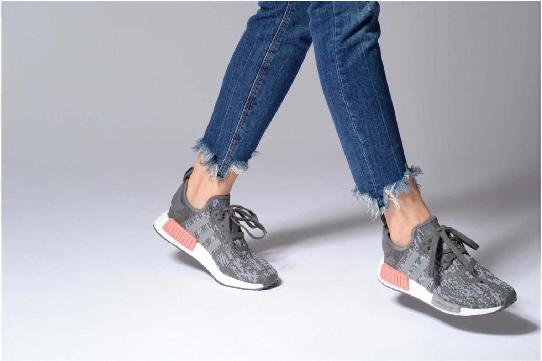 Sneaker Adidas Originals Nmd_R1 W weiß ansicht von unten / tasche getragen