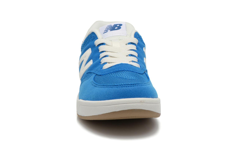 Baskets New Balance KT300 J Bleu vue portées chaussures
