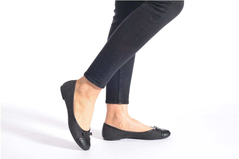 Ballerinas Isotoner Ballerine bout rond nœud schwarz ansicht von unten / tasche getragen