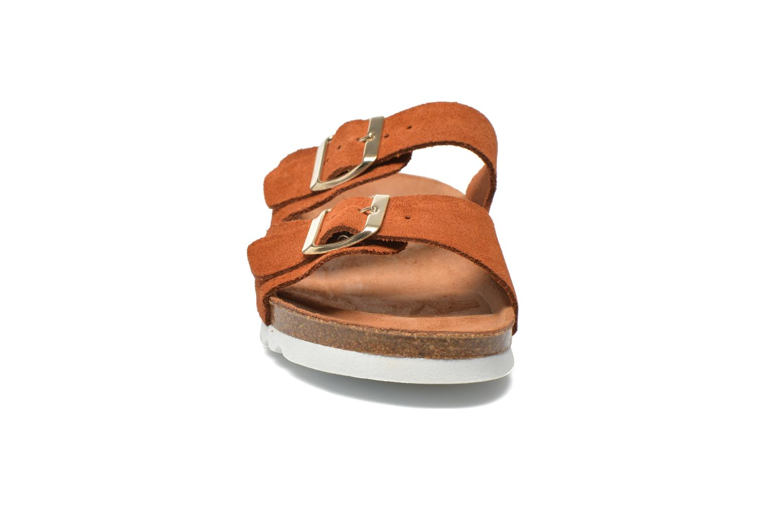 Zuecos Vero Moda Julia Leather Sandal Marrón vista del modelo