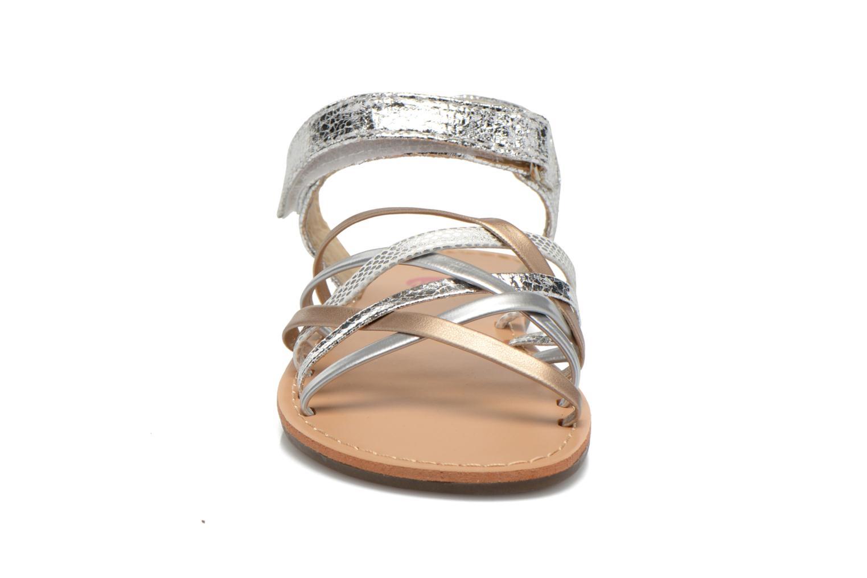 Sandalias NA! Farandol Plateado vista del modelo