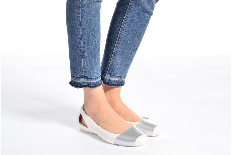 Ballerinas Crocs Crocs Sienna Shiny Flat W silber ansicht von unten / tasche getragen