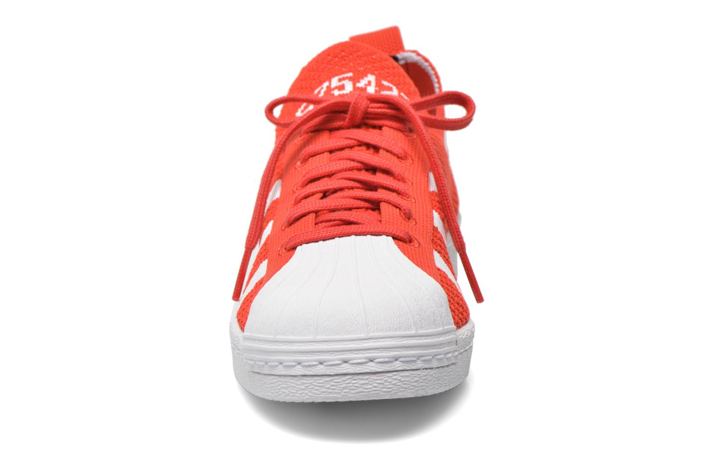 Baskets Adidas Originals Superstar 80S PK W Rouge vue portées chaussures