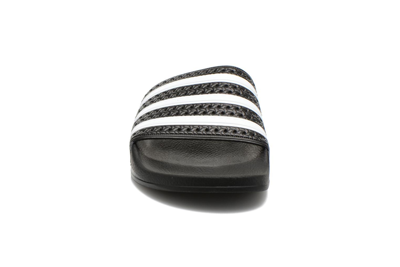 Sandales et nu-pieds Adidas Originals Adilette Noir vue portées chaussures