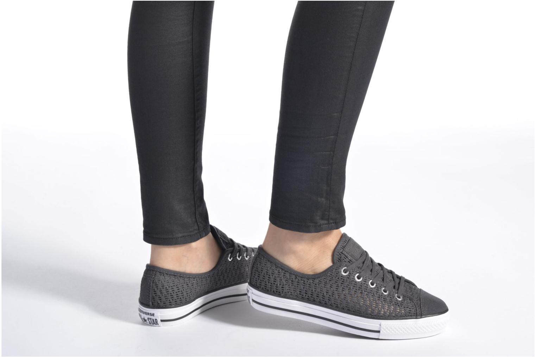 Sneaker Converse Chuck Taylor All Star High Line Ox grau ansicht von unten / tasche getragen