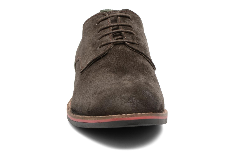 Scarpe con lacci Kickers Eldan Marrone modello indossato