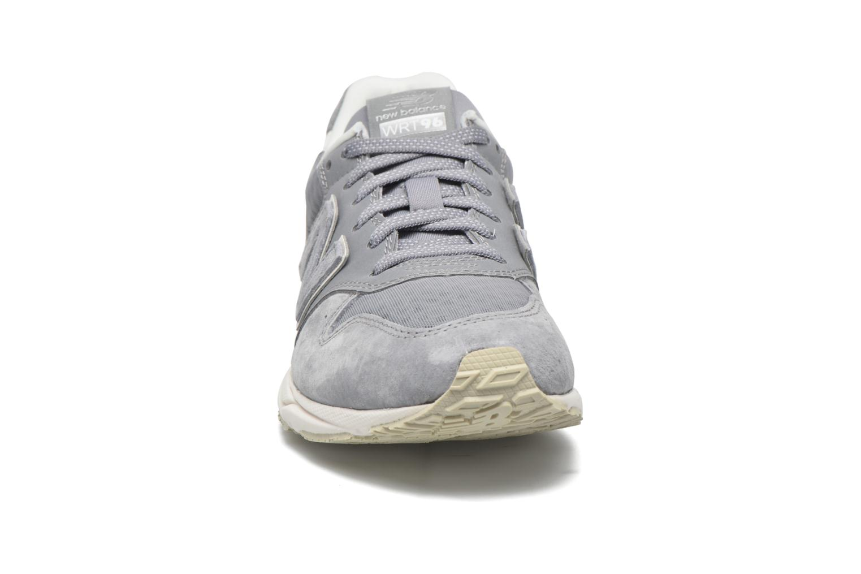 Baskets New Balance WRT96 Gris vue portées chaussures