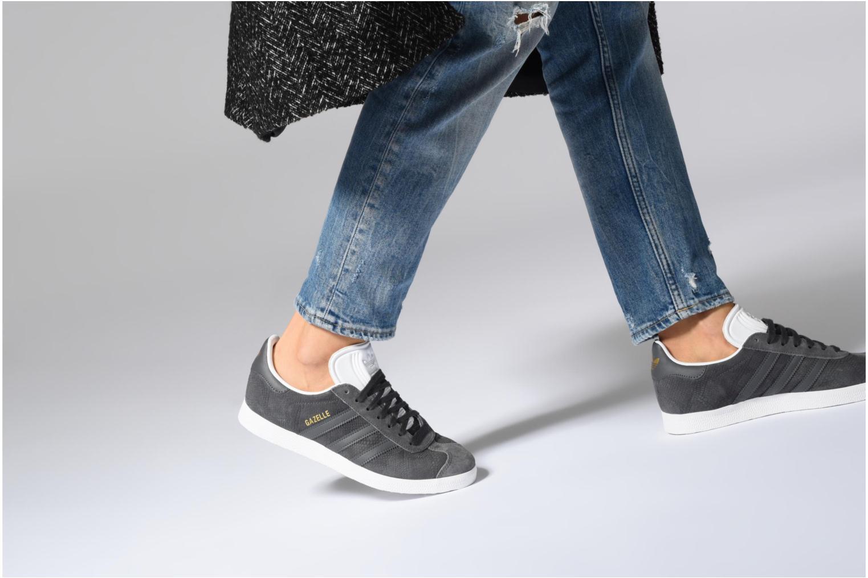 Baskets Adidas Originals Gazelle W Noir vue bas / vue portée sac