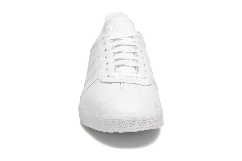 Baskets Adidas Originals Gazelle Gris vue portées chaussures