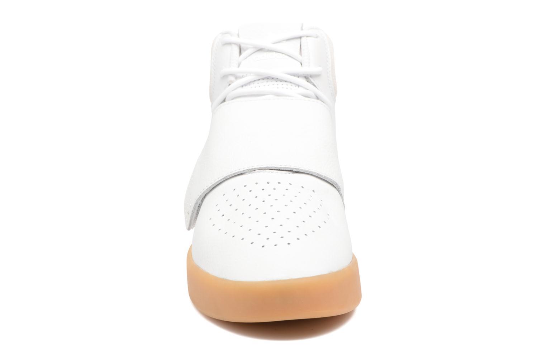 Baskets Adidas Originals Tubular Invader Strap Gris vue portées chaussures