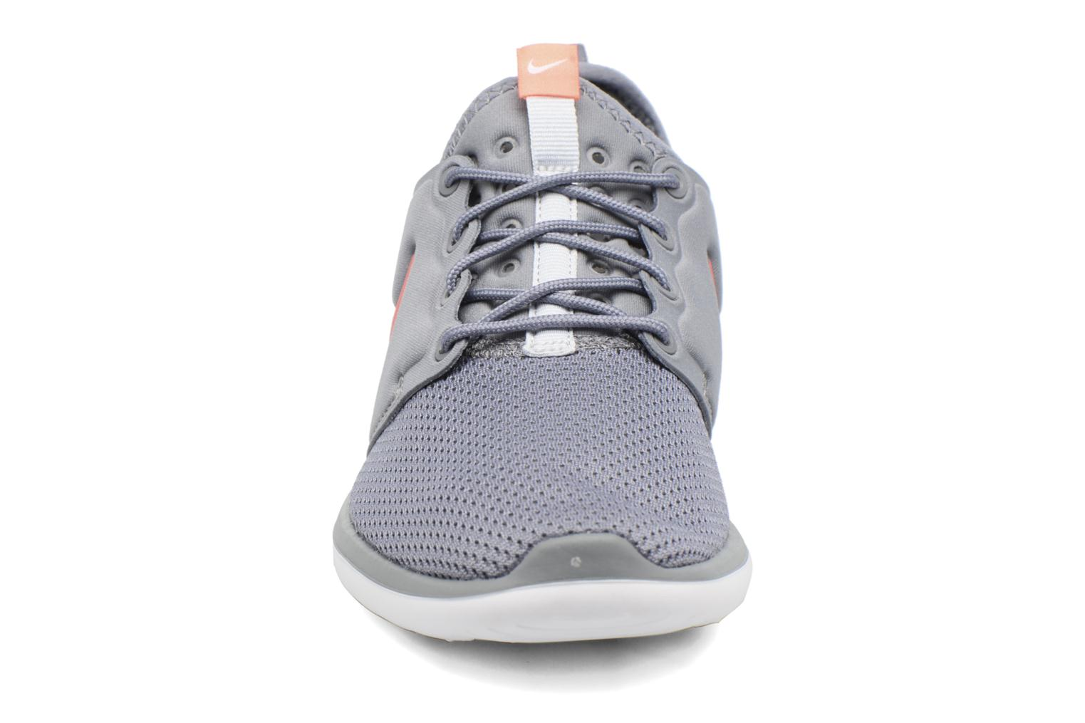 Baskets Nike Nike Roshe Two (Gs) Gris vue portées chaussures