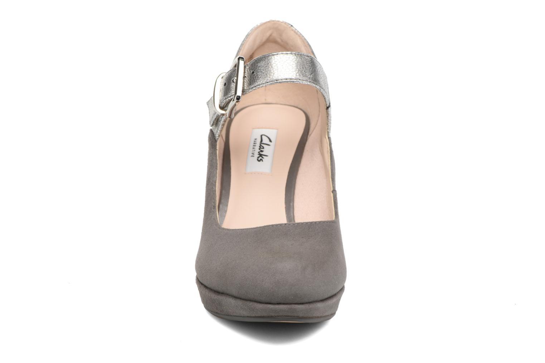 Zapatos de tacón Clarks Kendra Gaby Gris vista del modelo