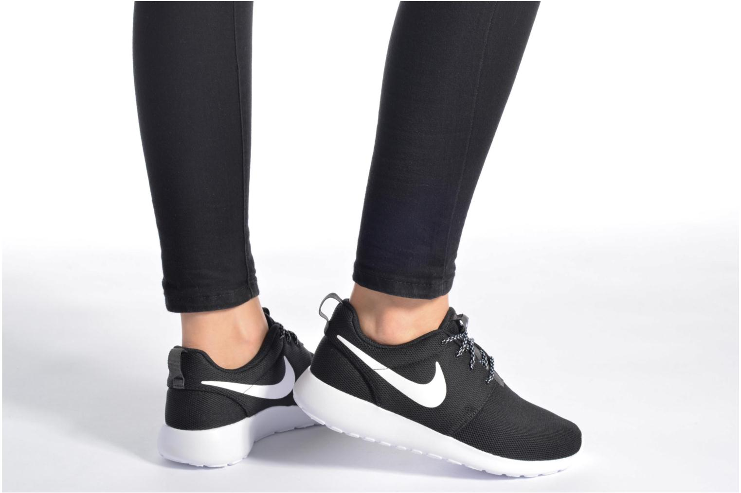 Trainers Nike W Nike Roshe One White view from underneath / model view