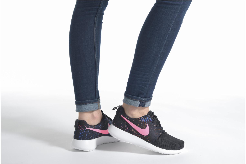 Sneaker Nike W Nike Roshe One Print schwarz ansicht von unten / tasche getragen