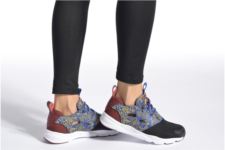 Sneaker Reebok Furylite Afr schwarz ansicht von unten / tasche getragen