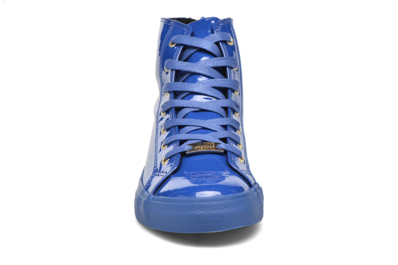 Deportivas Love Moschino Ocean Azul vista del modelo
