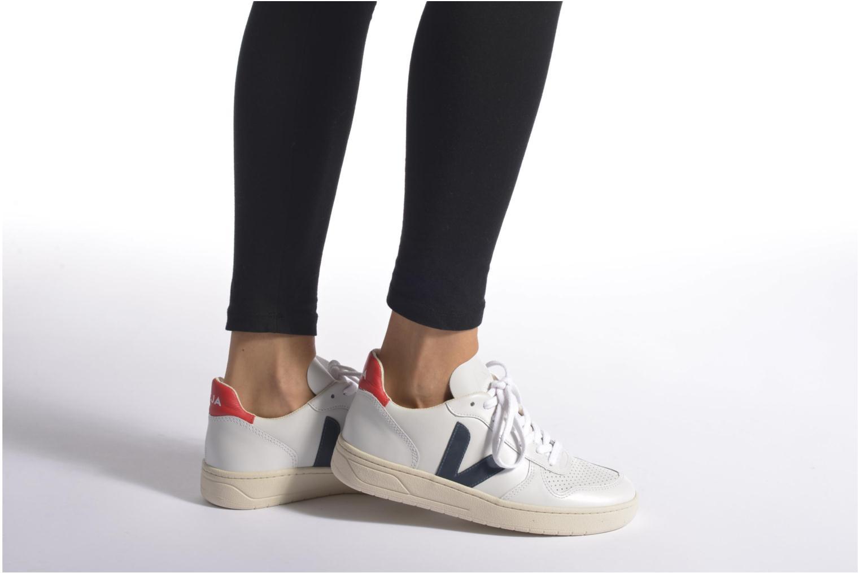 Sneaker Veja V-10 W weiß ansicht von unten / tasche getragen