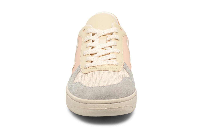Baskets Veja V-10 W Beige vue portées chaussures