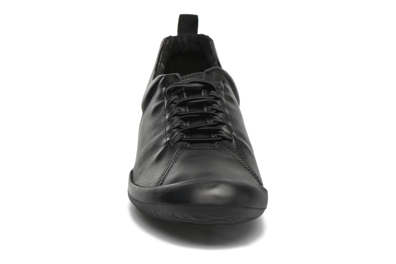 Sneakers TBS Virginy Nero modello indossato