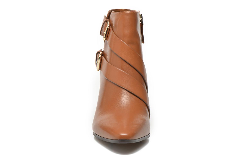 Bottines et boots Guess Hea Marron vue portées chaussures