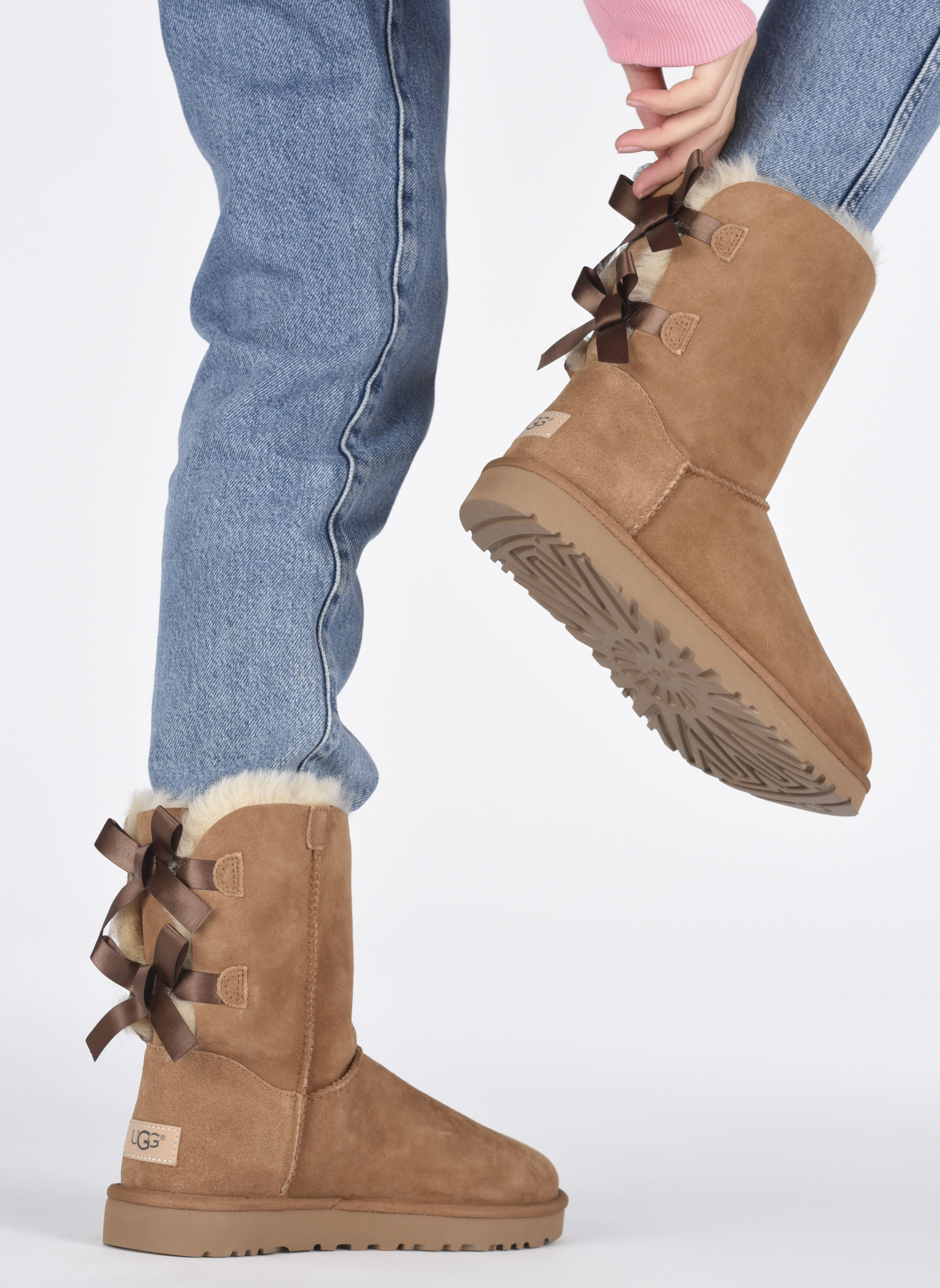 Bottines et boots UGG Bailey Bow II Marron vue bas / vue portée sac