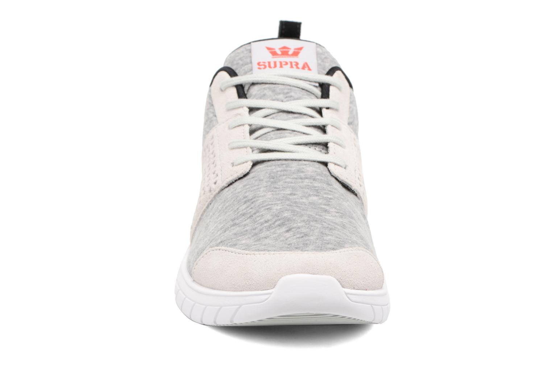 Sneakers Supra Scissor Grigio modello indossato