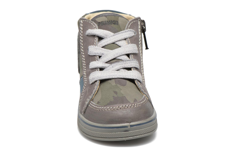 Sneakers Primigi Robby Marrone modello indossato