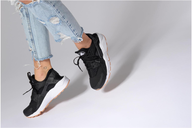 Sneaker Nike W Air Huarache Run Se beige ansicht von unten / tasche getragen